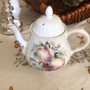 Arthur Wood @ Son teapot 